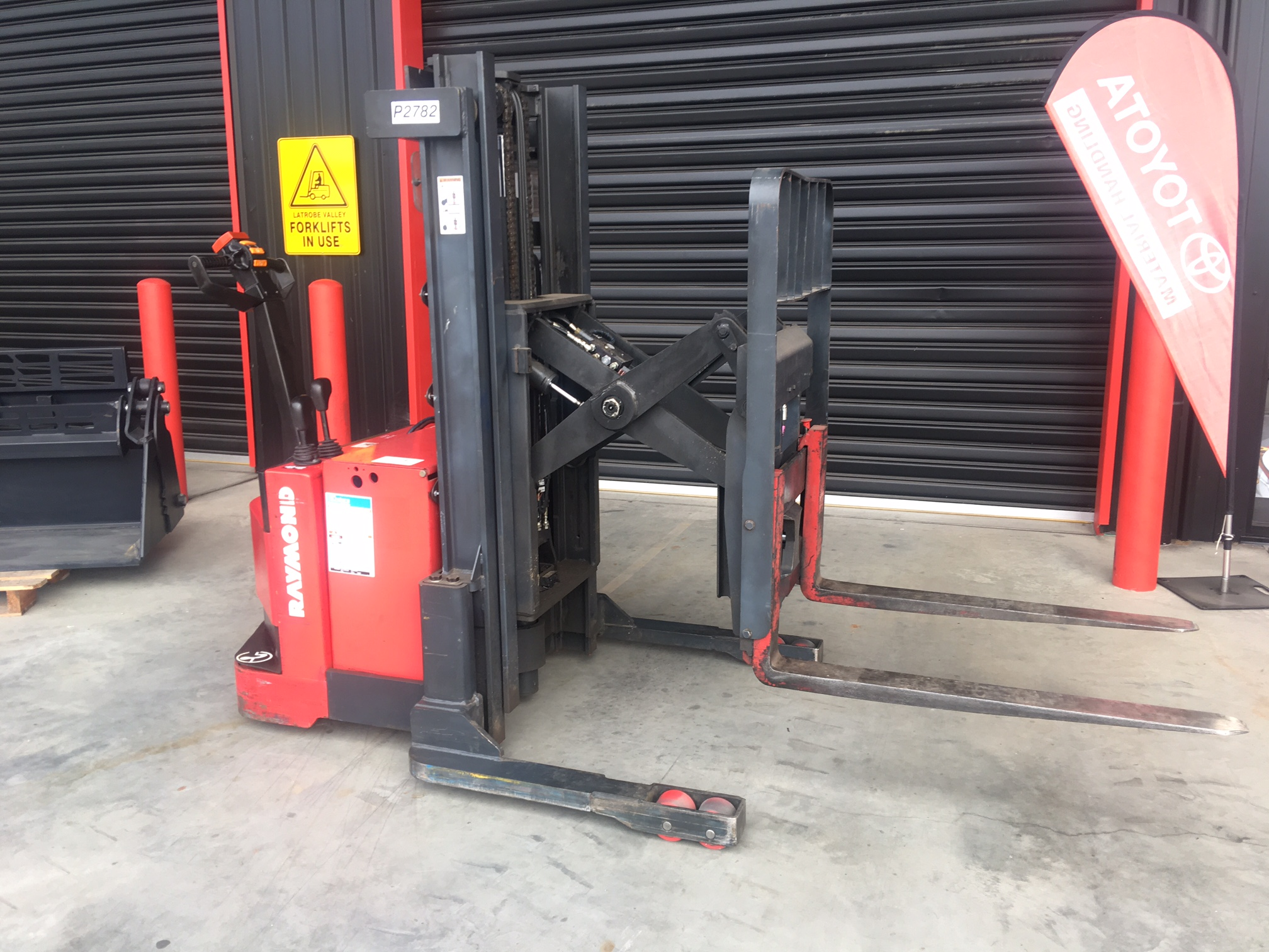 Raymond Rrs30 1 3t Electric Reach Walk Behind Forklift